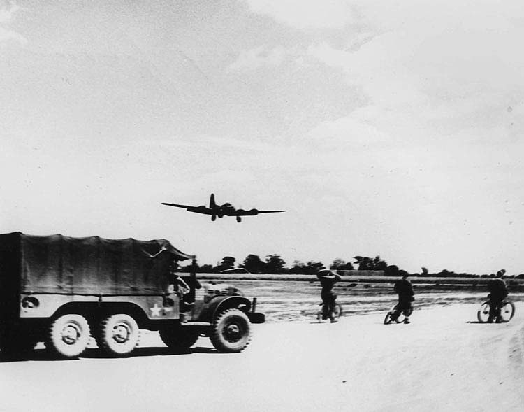 B-17 landing at Station 174 Sudbury