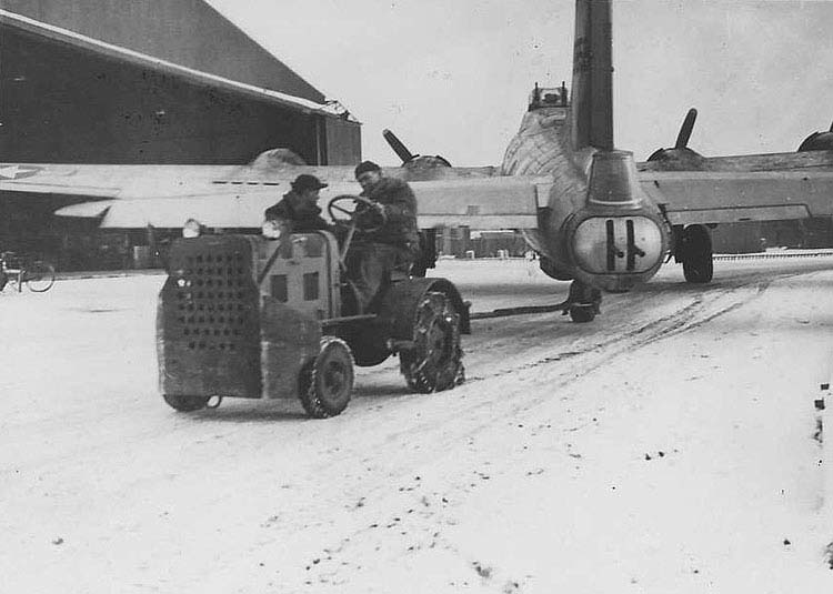 B-17 leaving Hanger No 1